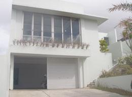 白い壁の綺麗な住宅