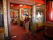 中華風の装飾が施された店内