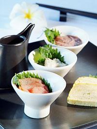小鉢に盛られた海鮮の前菜