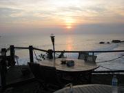 沈む夕日を見ながらディナー