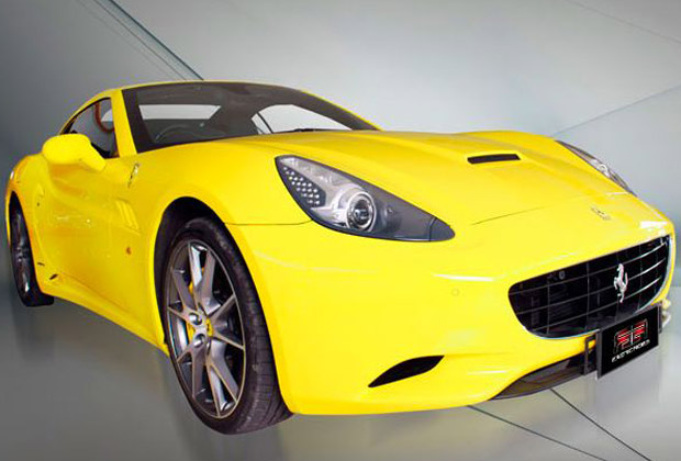 黄色い車体のスポーツカー、フェラーリ