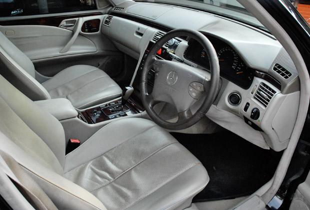 ベンツE260 運転席と助手席