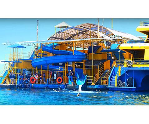 レンボンガン島沖の大型ポントゥーン
