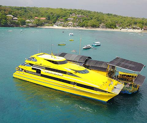 黄色いボディが特徴的なボウンティ号でレンボンガン島沖の浮島へ