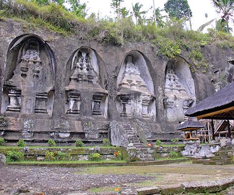 岩壁に彫られた高さ7mの陵墓は圧巻