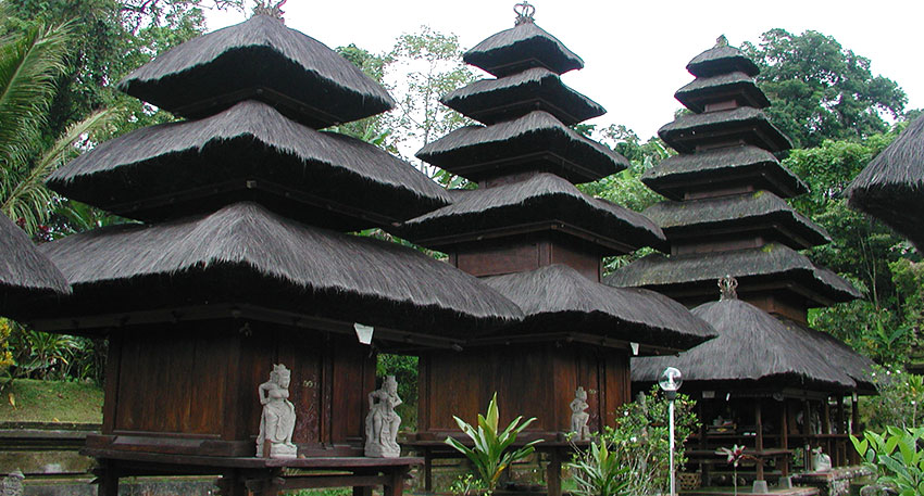 バトゥカル山の中腹に建っているバトゥカル寺院