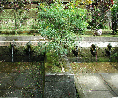 6つのメルが印象的なバトゥカル寺院