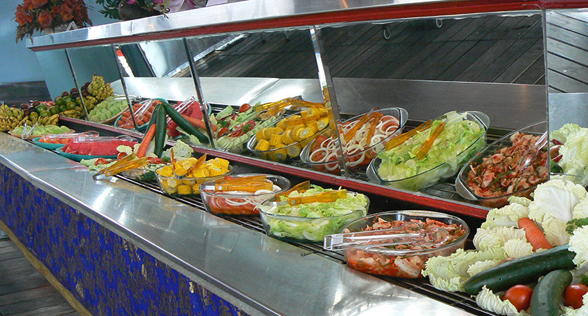 BBQの他にもサラダやインドネシア料理が揃います