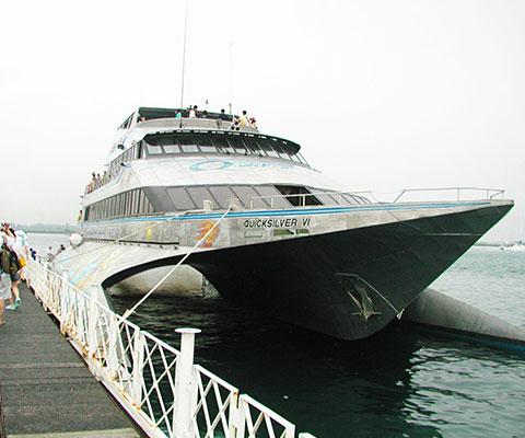 バリ島からも近いペニダ島沖の浮島(ポントゥーン)でマリンアクティビティを楽しめます