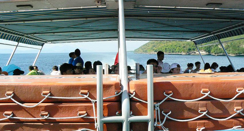 浮島(ポントゥーン)までは美しい海の景色をお楽しみください