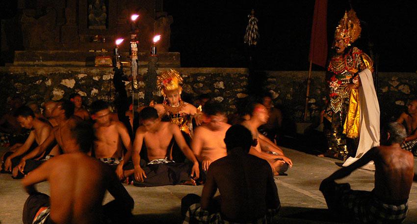 バリ島の舞踊の中でも人気のケチャックダンス