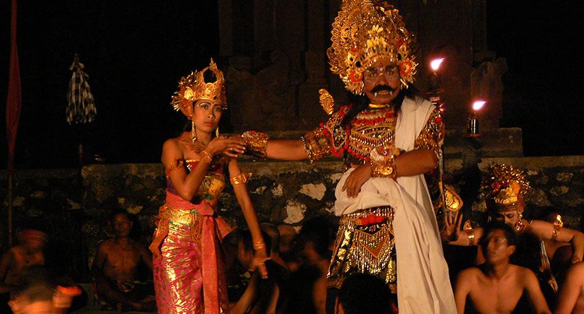 迫力のある伝統舞踊ケチャックダンス