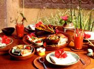 テーブルに並んだ色鮮やかなバリ料理
