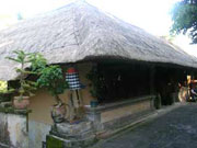 茅葺き屋根のバリ式建築