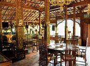 インドネシアらしい装飾の店内
