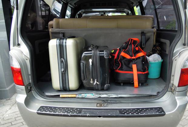 最後部を折りたたむと大型のスーツケースが3~4個積むことができます