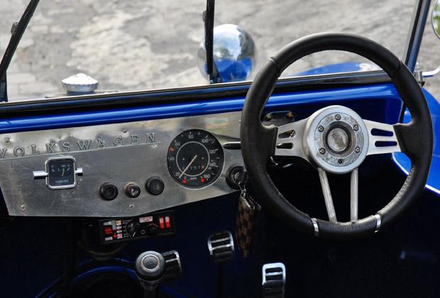 青いバギー運転席