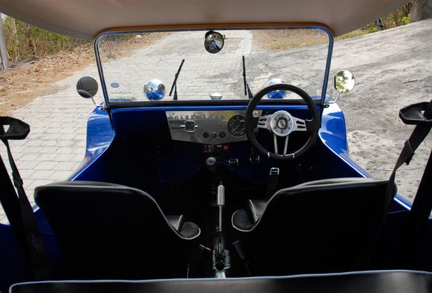 青いバギー後部座席