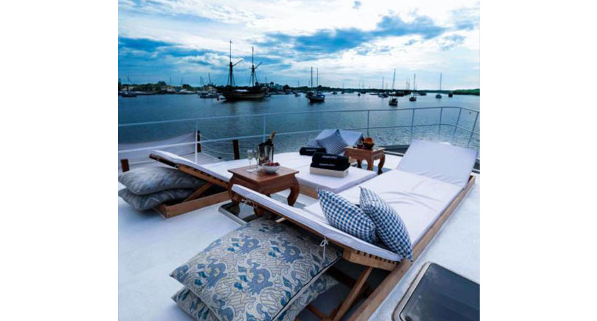 スタイリッシュなデザインの貸切ボート