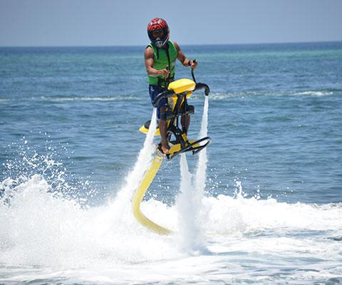 ジェットバイクは約12kg・全長約150cmのバイクにまたがり水を噴射して空中へ上がります