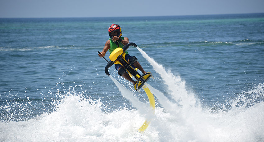 水面約3~5mの高さまでジャンプが可能