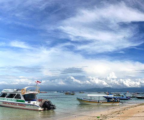 青い海が特徴的なレンボンガン島