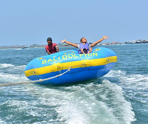 飛び跳ねてスリル満点のドーナツボート