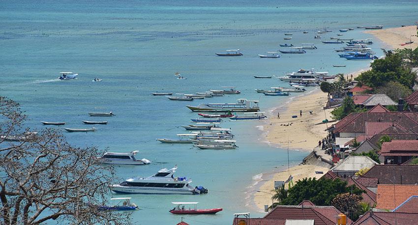 レンボンガン島はのどかな景色が広がります