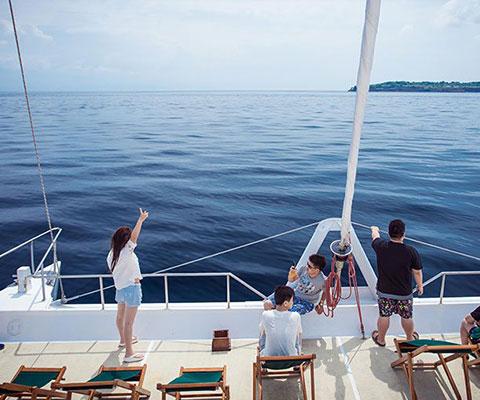 レンボンガン島までの海の景色を堪能