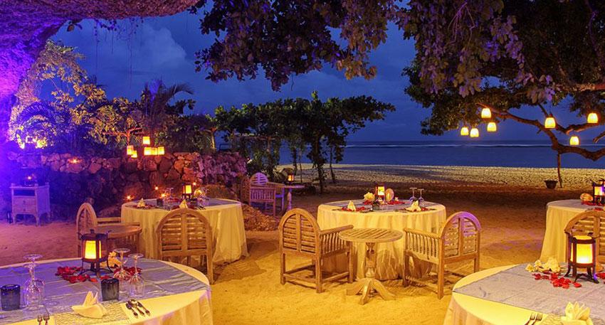 洞窟内で堪能するロマンチックなディナー