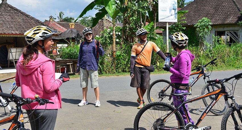 ところどころで休憩をしながらガイドからバリ島の文化や生活について説明をききます