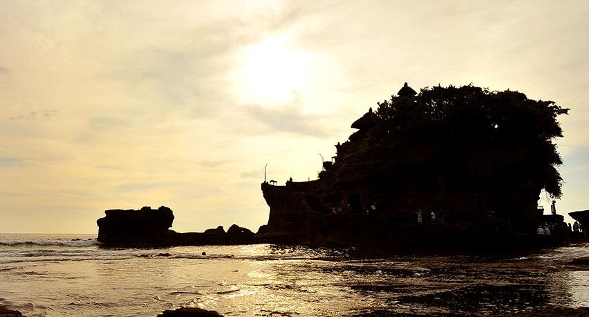 インド洋に突き出したシルエットとサンセットが美しいと評判の寺院