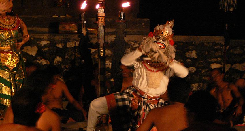 バリ島の伝統的な舞踊観賞をお楽しみください