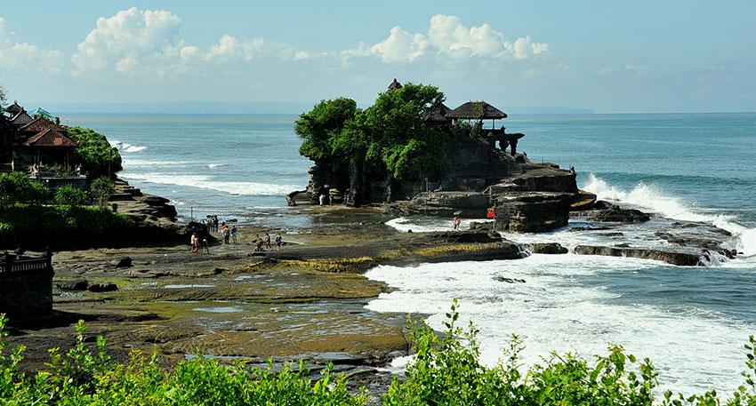 岩礁上に建てられた寺院です