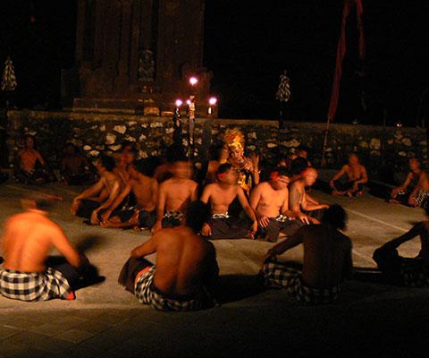 ケチャックダンスはバリ島の舞踊の中でも特に人気です