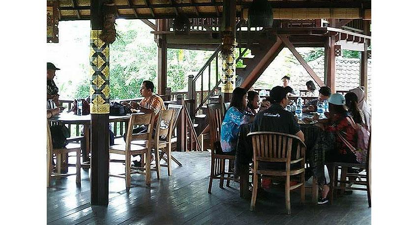 お昼は日本人の口にもあうインドネシア料理のセットメニュー
