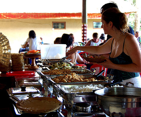昼食はインドネシア料理のブッフェです