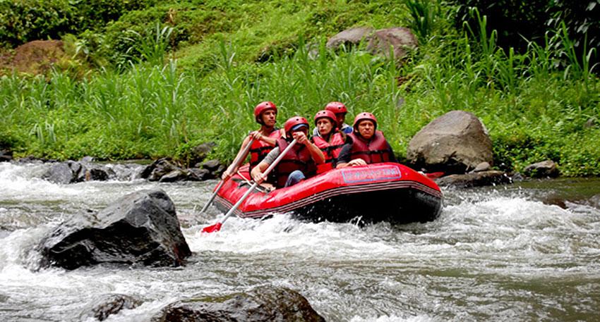 トラガワジャ川は大自然と4mの落差が特徴