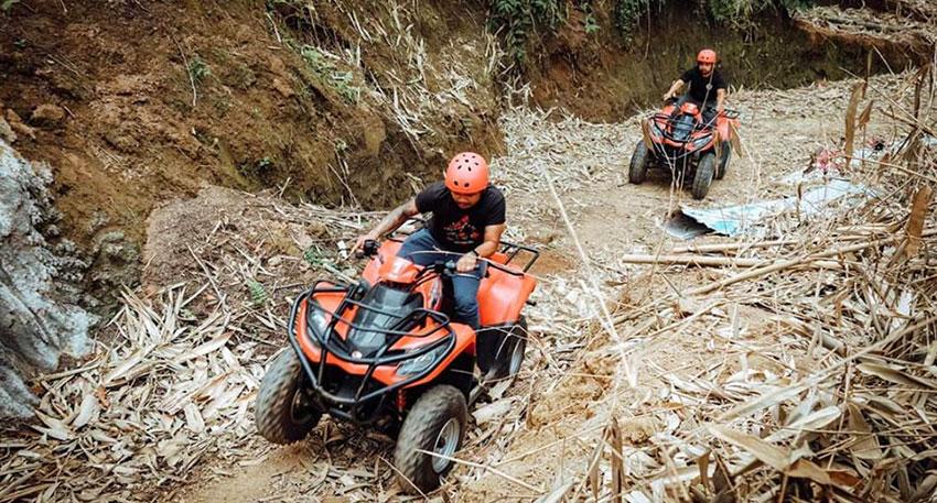 舗装されていないガタガタの山道や泥道も進めます