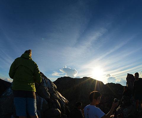 岩場だらけの斜面を登る上級のトレッキングコース