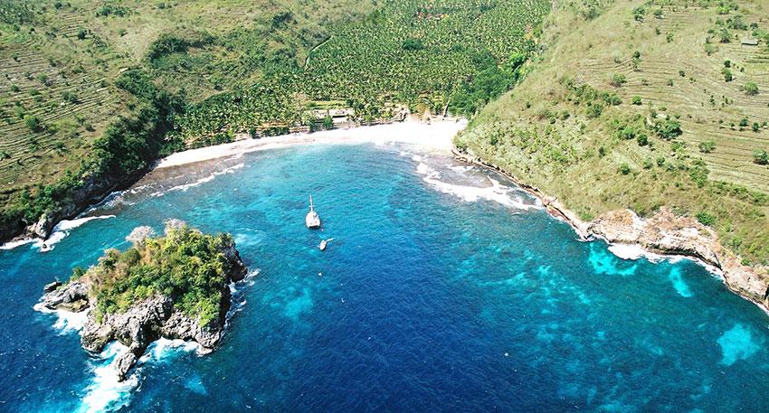 青い海と白い砂浜が美しいクリスタルベイ