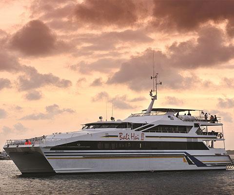 大型船バリハイⅡ号でバリ島周辺をクルージングします