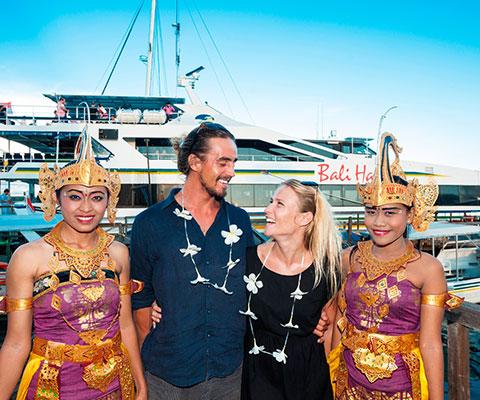 バリ島の伝統衣装を身にまとったスタッフと記念撮影