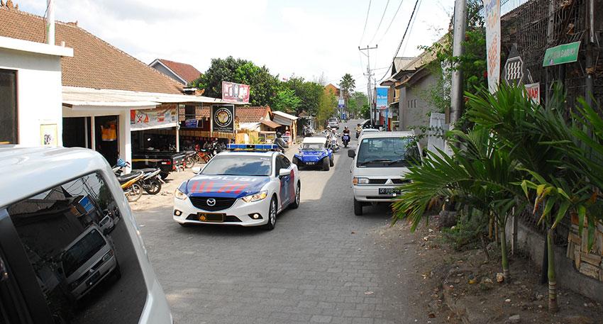 バリ島の警察官がお客様の移動車を先導