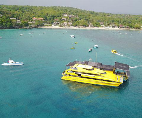 浮島にてマリンアクティビティを楽しめます