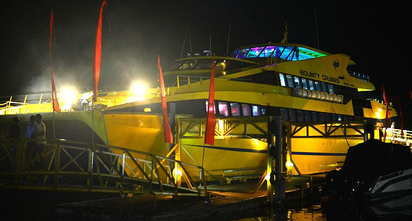 黄色が特徴的なバリ島最大級のクルーズ船・ボウンティ号