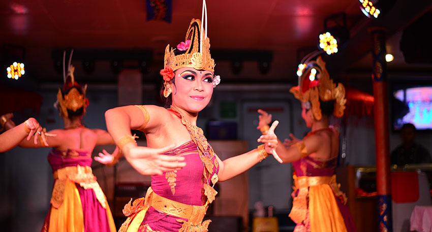 ダンスショーでは伝統舞踊も観賞できます