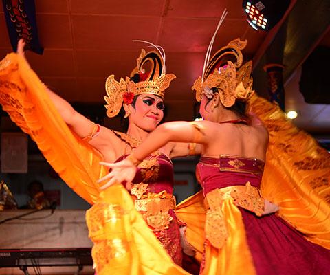 艶やかな衣装が美しいトラディショナルダンス