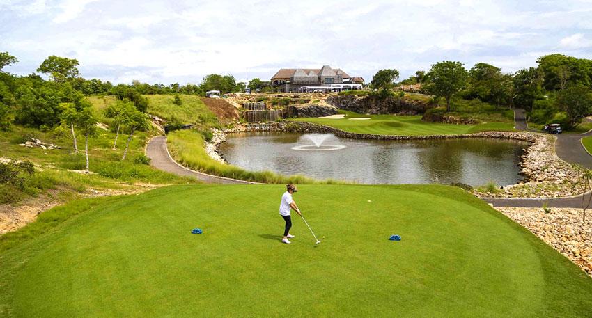 パンダワビーチの崖の上に作られたゴルフ場