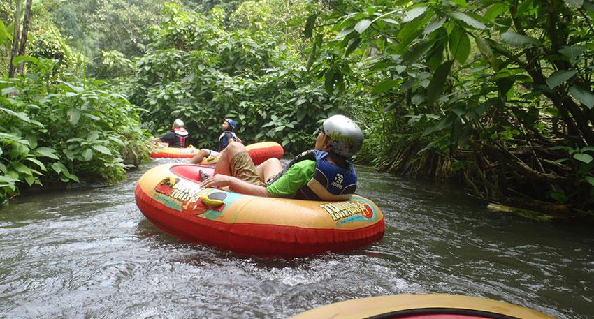 一人乗りボートで川を下ります